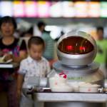 Роботы подают блюда в китайском ресторане