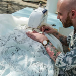 Художник, создающий портреты на швейной машине