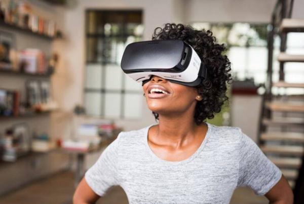 20151124231643-woman-wearing-oculas-rift-virtual-reality