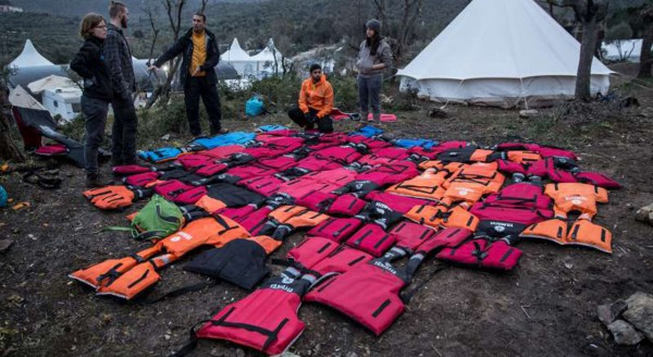 1280x700xUN-lifejacket-refugee-mattresses-Greece1.jpg.pagespeed.ic.HDNhrCoOo0