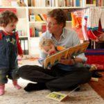 Почему читать детям книги полезнее, чем давать им телефоны