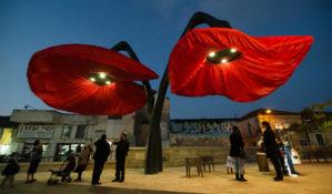 Гигантские уличные цветы, раскрывающиеся при приближении пешеходов
